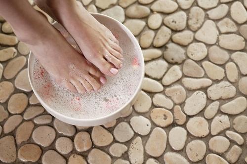 mete-pies-recipiente-agua