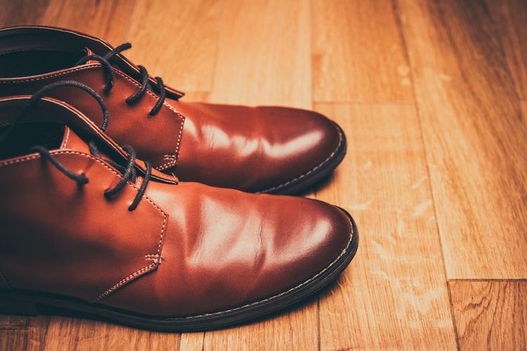 arrugas en zapatos de cuero