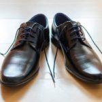 ¿Cómo atar los cordones de los zapatos de vestir?