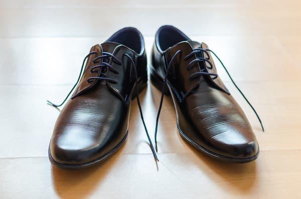 como atar los cordones de los zapatos de vestir