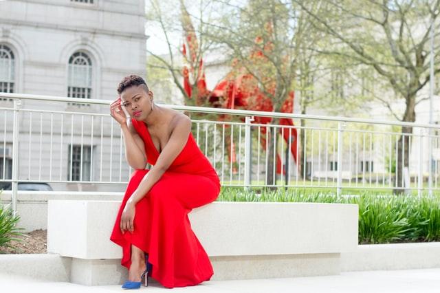 vestido rojo con zapatos azules